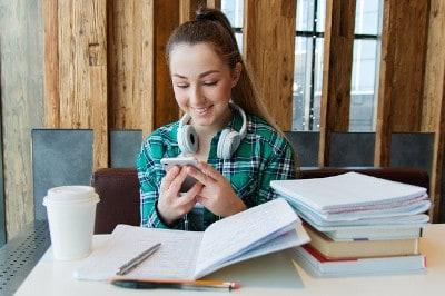 Studenten Sprachkurs per Mobiltelefon App